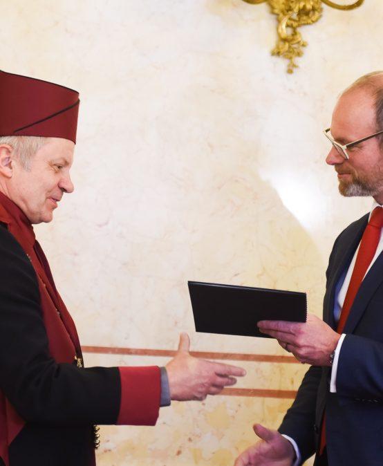 Rektor Miroslav Holeček převzal jmenovací dekret