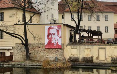 Srdíčkový Havel ze Západočeské univerzity zdobí centrum Plzně