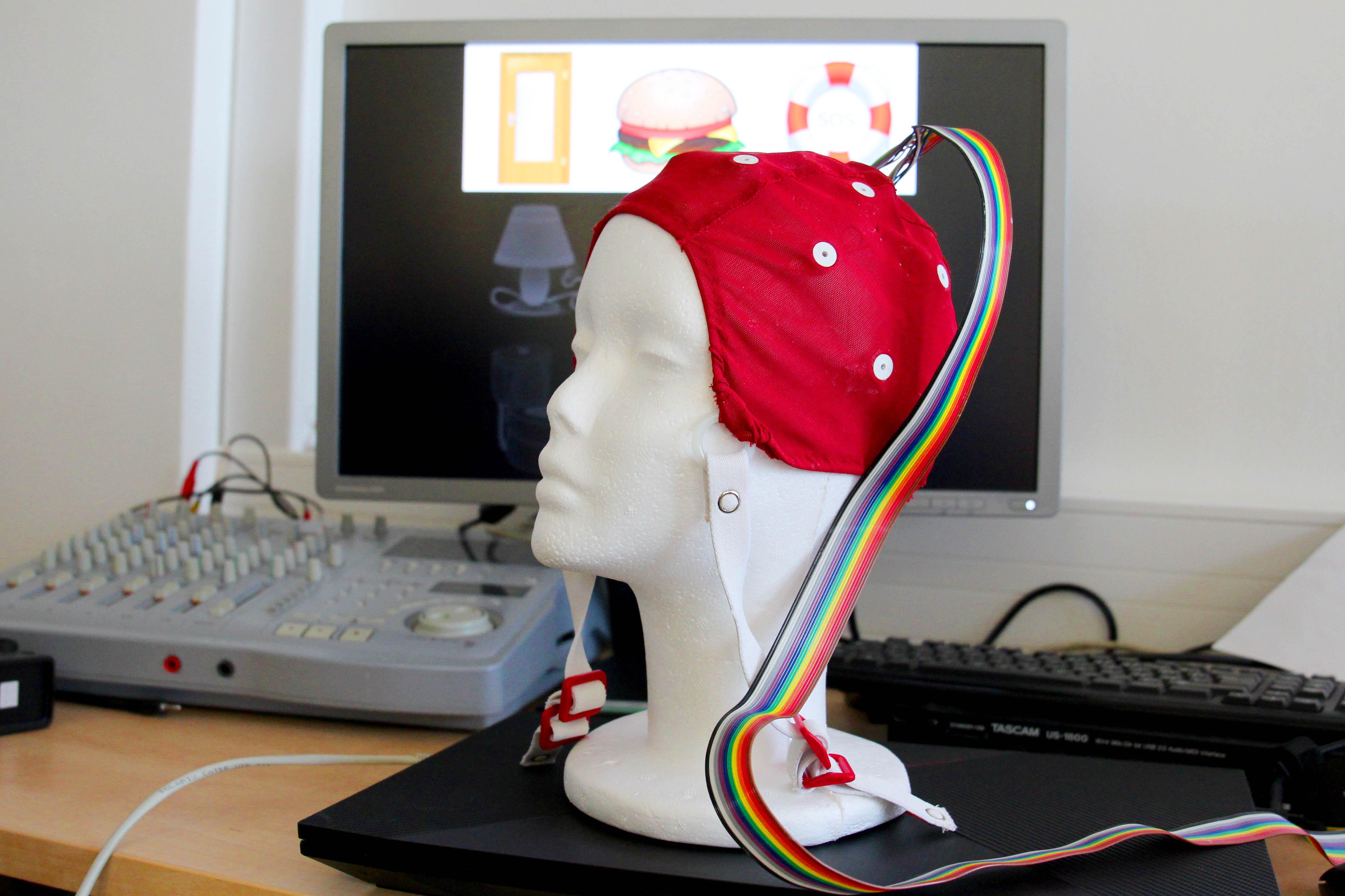 Vědci vyvinuli systém, který pomůže nesoběstačným lidem ovládat počítač mozkem
