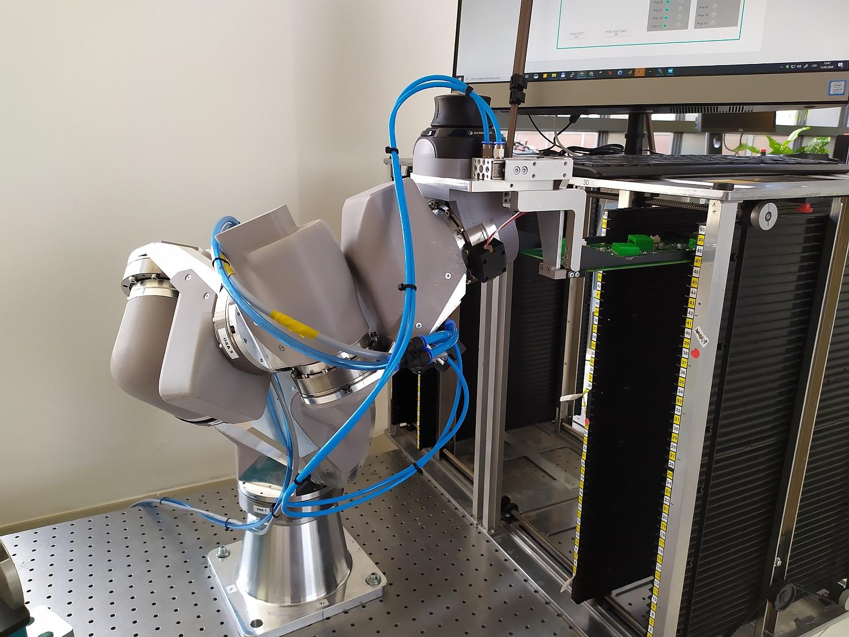 Ve výzkumném centru NTIS vyvinuli robota pro náročné manipulace v omezeném prostoru