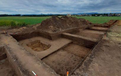 Archeologové Fakulty filozofické objevili nedaleko Řípu unikátní pravěkou mohylu s pohřbem dítěte